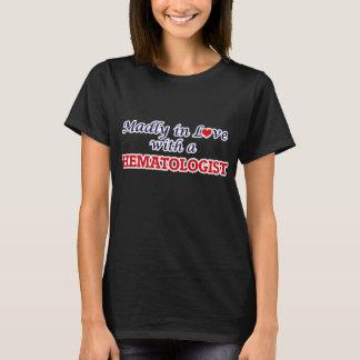 Follement dans l'amour avec un hématologue t-shirt