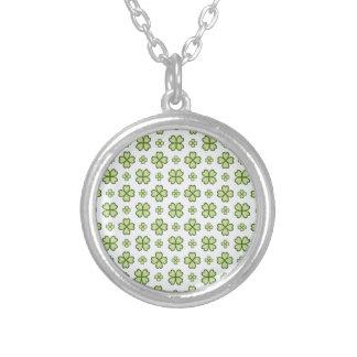 Four leaf clover pattern round pendant necklace