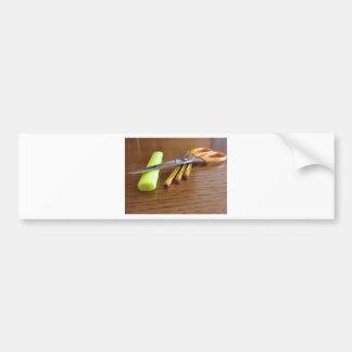 Fournitures de bureau d'école sur la table en bois autocollant de voiture