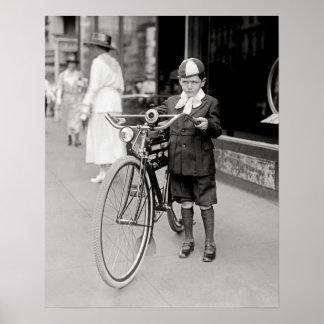 Garçon avec une bicyclette, 1922. Photo vintage Poster