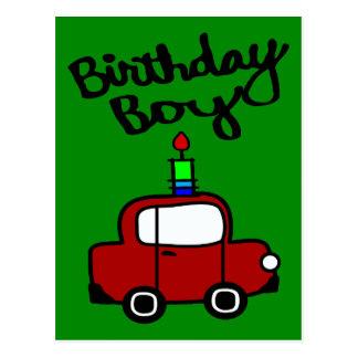 Garçon d'anniversaire avec la bougie et la voiture cartes postales