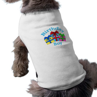 Garçon d'anniversaire dans le bleu avec des présen manteaux pour chien