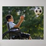 Garçon hispanique, 8, dans le fauteuil roulant ave posters