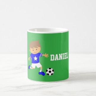 Garçon mignon d'étoile du football, thème du mug blanc