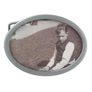 Garçon vintage de photographie dans l'herbe boucles de ceinture ovales