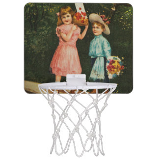Garçon vintage et fille avec des fleurs mini panier de basket