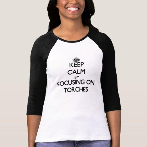 Gardez le calme en se concentrant sur des torches t-shirts