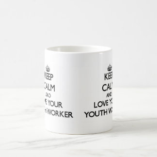 Gardez le calme et aimez votre travailleur de la mug blanc