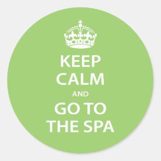 Gardez le calme et allez au spa sticker rond