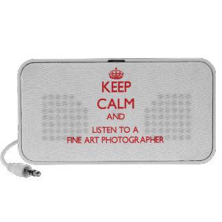 Gardez le calme et écoutez un photographe de beaux haut-parleur ordinateur portable