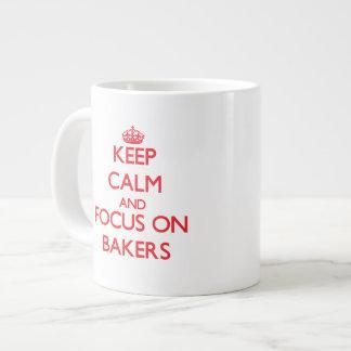 Gardez le calme et le foyer sur des boulangers mug extra large
