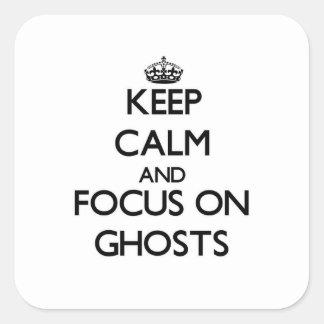 Gardez le calme et le foyer sur des fantômes sticker carré