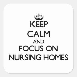 Gardez le calme et le foyer sur des maisons de sticker carré