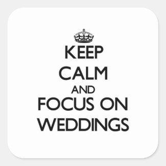 Gardez le calme et le foyer sur des mariages stickers carrés