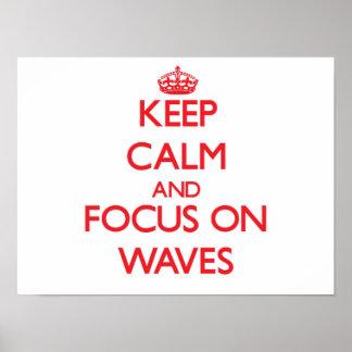 Gardez le calme et le foyer sur des vagues affiches