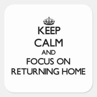 Gardez le calme et le foyer sur la maison de sticker carré