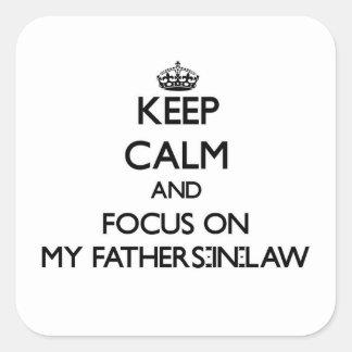 Gardez le calme et le foyer sur mes beaux-pères sticker carré