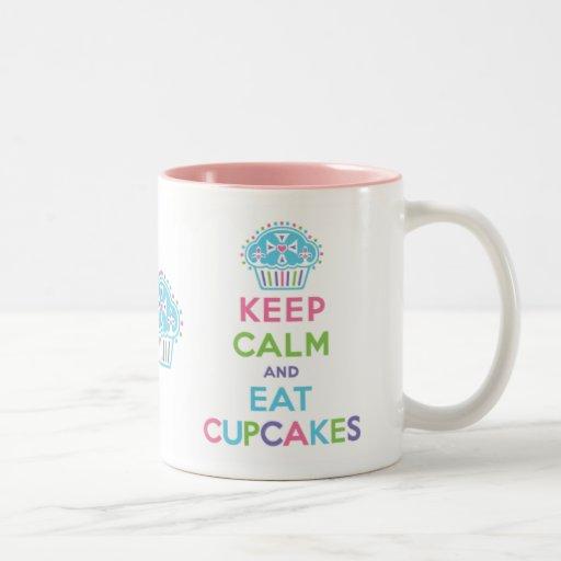 Gardez le calme pour manger la tasse de petits gât