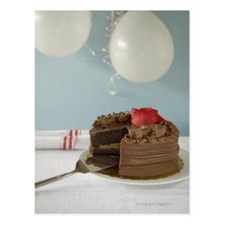 Gâteau de chocolat avec la tranche absente sur la cartes postales