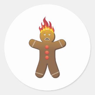 Gingerbreadman drôle sur le feu sticker rond