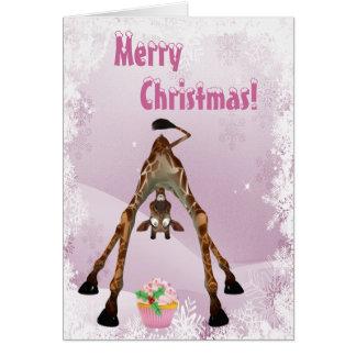 Girafe drôle et carte de Noël rose de petit gâteau