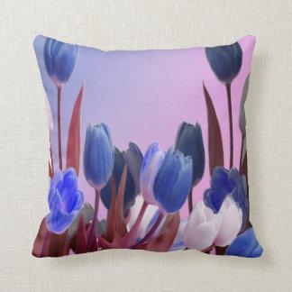 Grand jardin de tulipe bleue oreiller