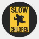 Grosse parodie de plaque de rue d'enfant d'enfants adhésif rond