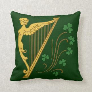 Harpe et shamrocks d'or du jour de St Patrick Oreiller