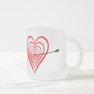 Heart Dartscheibe with arrow Frosted Glass Coffee Mug