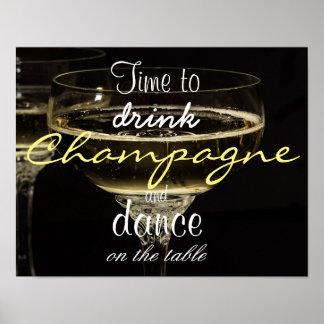 Heure de boire le champagne et la danse sur la