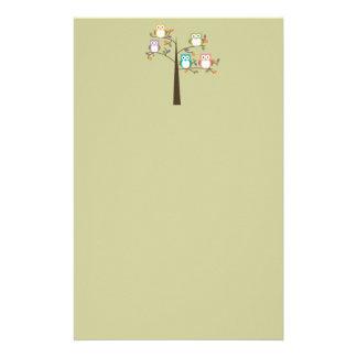 Hiboux colorés dans le joli arbre papiers à lettres