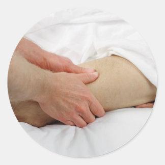 Homme ayant le massage de jambe autocollants
