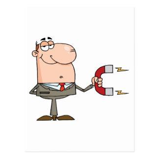 Homme d'affaires utilisant un aimant carte postale