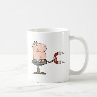 Homme d'affaires utilisant un aimant tasse