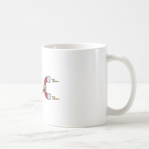 Homme d'affaires utilisant un aimant tasse à café