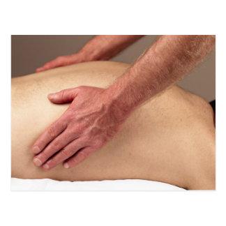 Homme massant les arrières d'un client de massage carte postale