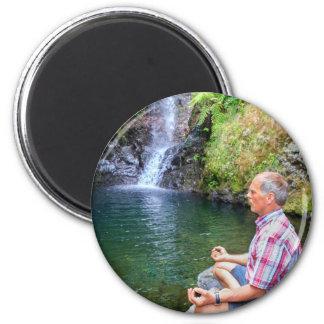 Homme s'asseyant sur la roche méditant près de la magnet rond 8 cm