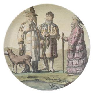 Hommes d'Alaska et femmes habillés pour pêcher (co Assiette Pour Soirée