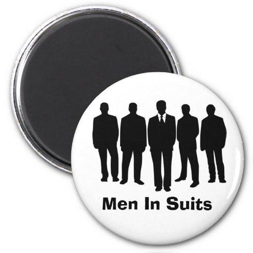 hommes dans l'aimant de costumes