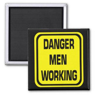 Hommes de danger travaillant l'aimant magnet carré