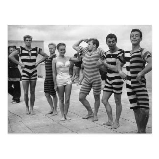 Hommes maladroits vintages dans des maillots de carte postale