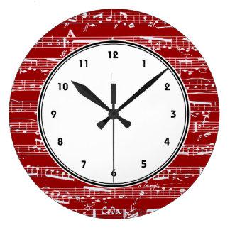 Horloge murale rouge de notes musicales avec des n