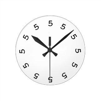 horloge murale simple à 5 heures