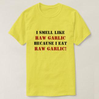 I SMELL LIKE RAW GARLIC BECAUSE I EAT RAW GARLIC! T-Shirt