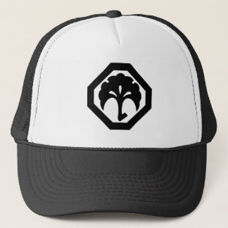 In corner cutting angle ginkgo trucker hat