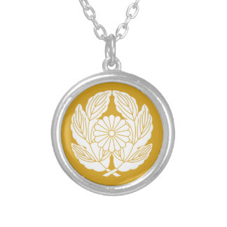 In leaf of holding chrysanthemum chrysanthemum silver plated necklace