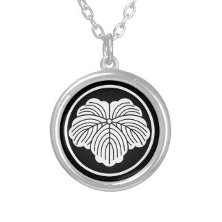 In thread wheel ivy silver plated necklace