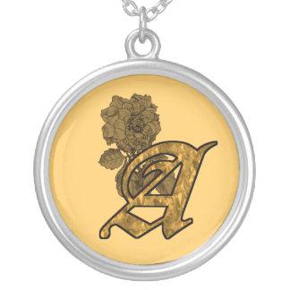 Initiale décorée d'un monogramme un collier de piv