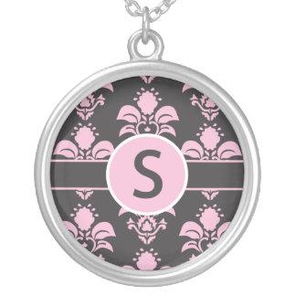 """Initiale """"S """" de collier de damassé"""
