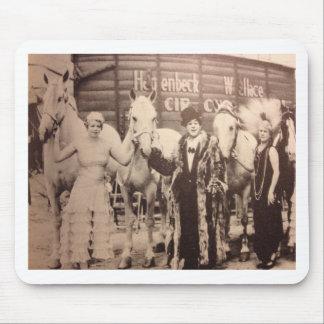 Interprètes de cirque et chevaux blancs tapis de souris
